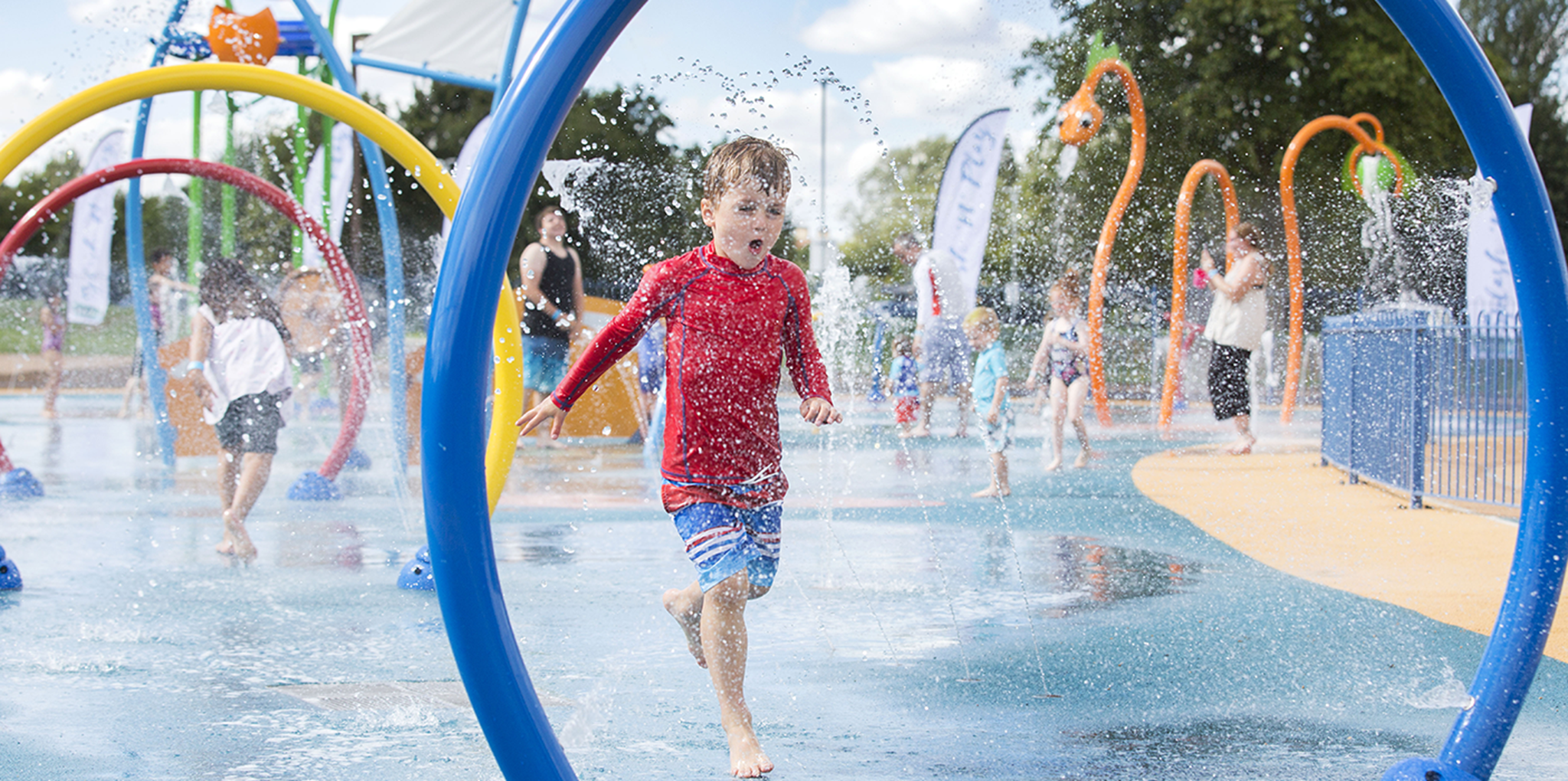 Splashpad-Willen-Lake-children-happy.png